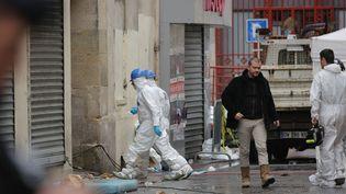 Des policiers enquêtent dans l'immeuble dévasté par l'assaut contre les terroristes à Saint-Denis (Seine-Saint-Denis), le 19 novembre 2015. (MAXPPP)