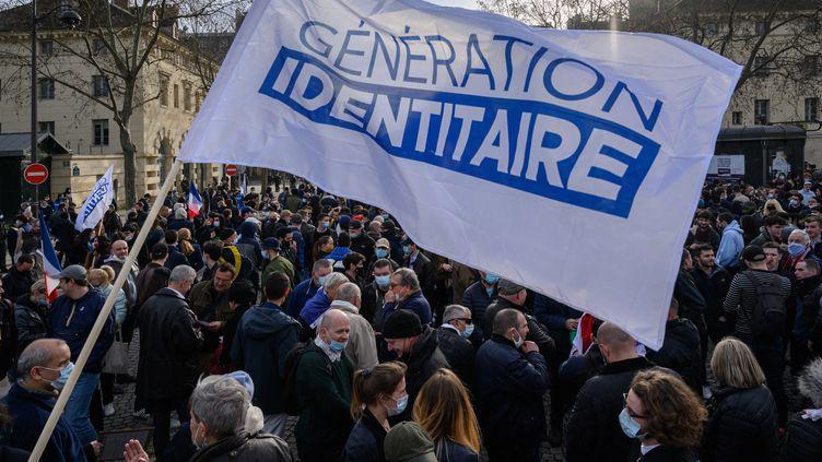 Une manifestation du groupe d'extrême droite Génération identitaire le 20 février2021 à Paris. (JULIEN MATTIA / ANADOLU AGENCY / AFP)