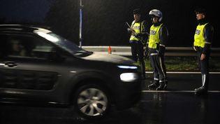 Des policiers lors d'un contrôle à la frontière avec le Luxembourg, jeudi 19 novembre. (JEAN-CHRISTOPHE VERHAEGEN / AFP)