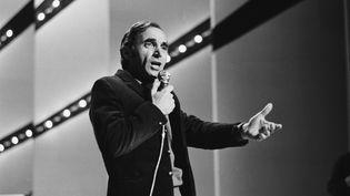 Charles Aznavour, sur un plateau de télévision, en 1968. (JACK BURLOT / SYGMA)