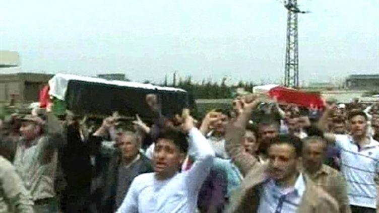 Enterrement de deux tués à Homs, le 19/4/11 (AFP/SANA/HO)