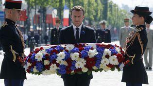 Emmanuel Macron le 8 mai 2018 devant la tombe du soldat inconnu, à Paris. (FRANCOIS GUILLOT / AFP)