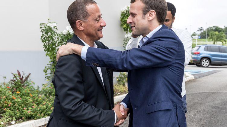 Emmanuel Macron et le président du Conseil régional de la Guyane, Rodolphe Alexandre, le 20 décembre 2016. (JODY AMIET / AFP)
