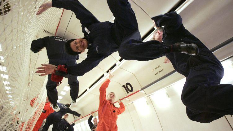 """Des techniciens et des journalistes testent un vol """"Zero G"""", le 7 novembre 2008 au-dessus de Bordeaux. (REUTERS)"""