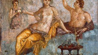 Scene de banquet, un jeune homme et une courtisane. Fresque romaine du 4e style pompeien provenant du site d'Ercolano (Herculanum ou Herculaneum) 60-80 apres JC Dim 65x66 cm Conservee au musee national d'archeologie de Naples. (LEEMAGE VIA AFP)