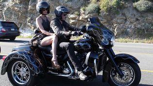 Johnny et Laeticia Hallyday sur une Harley Davidson en Californie (16 avril 2011)  (SIPA)