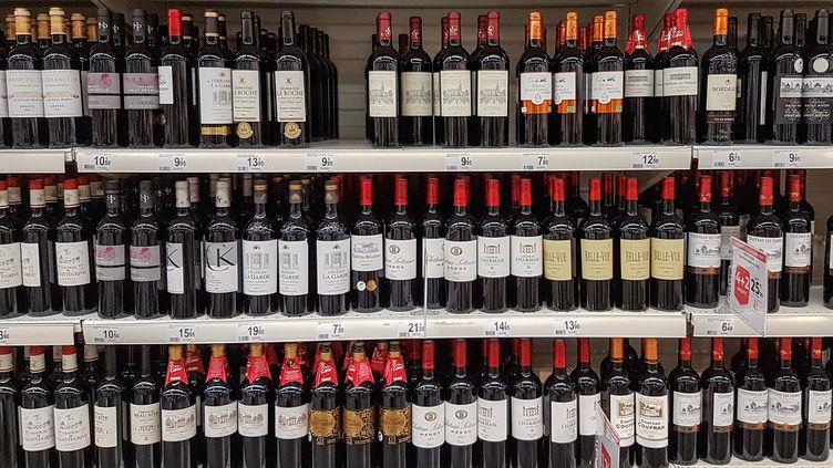 Un rayon de vins rouges bordelais, dans un supermarché, à Val de Fontenay (Ile-de-France). (AMAURY CORNU / HANS LUCAS)