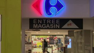 Alors que l'un des leurs est hospitalisé en état critique à cause du coronavirus Covid-19, les salariés du Carrefour de Vitrolles, dans les Bouches-du-Rhône, ont utilisé leur droit de retrait, lundi 30 mars. (FRANCE 3)