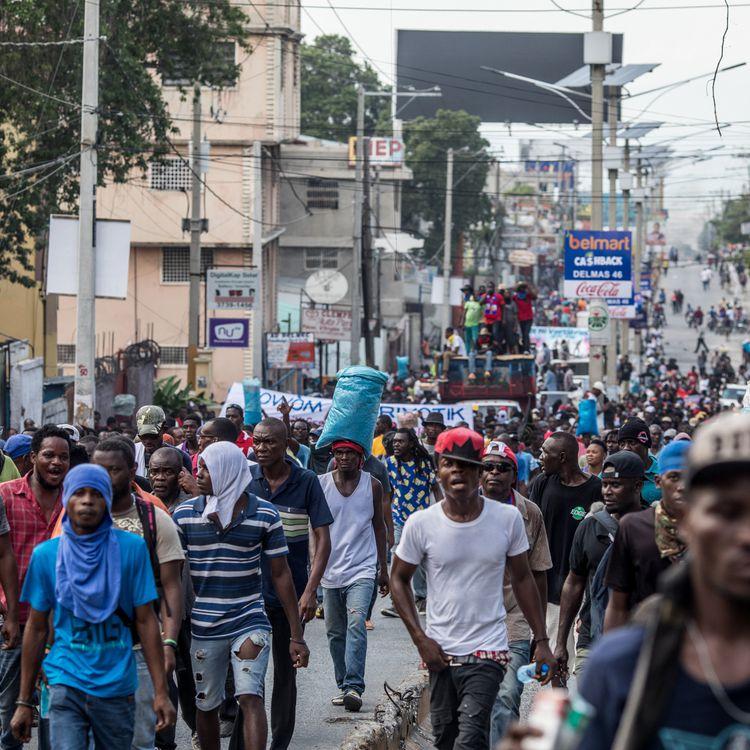 Des manifestants défilent contre le président Jovenel Moïse, dans les rues de la capitale, Port-au-Prince, le 18 novembre 2019. (VALERIE BAERISWYL / AFP)