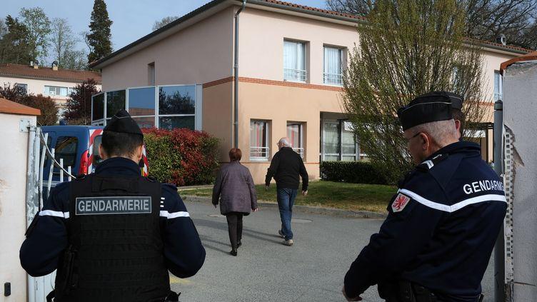 """Des gendarmes en poste devant l'entrée de l'Ehpad """"La Chêneraie"""", le 1er avril 2019 à Lherm (Haute-Garonne). (ERIC CABANIS / AFP)"""