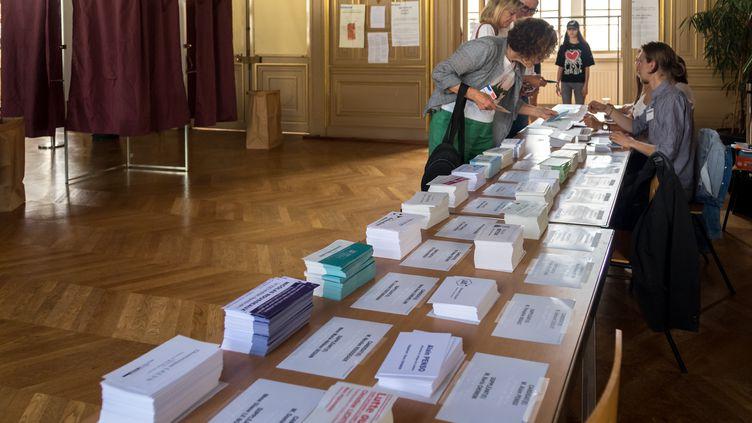 Des électeurs votent à Paris pour le premier tour des élections législatives, le 11 juin 2017. (JULIEN MATTIA / AFP)
