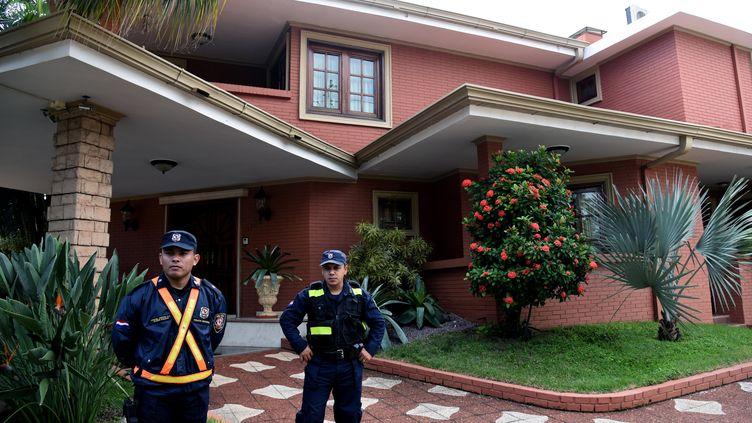 Des policiers Paraguayens devant la maison de Nicolas Leoz après son arrestation dans le cadre de l'enquête autour de la corruption au sein de la FIFA, le 2 juin dernier (NORBERTO DUARTE / AFP)