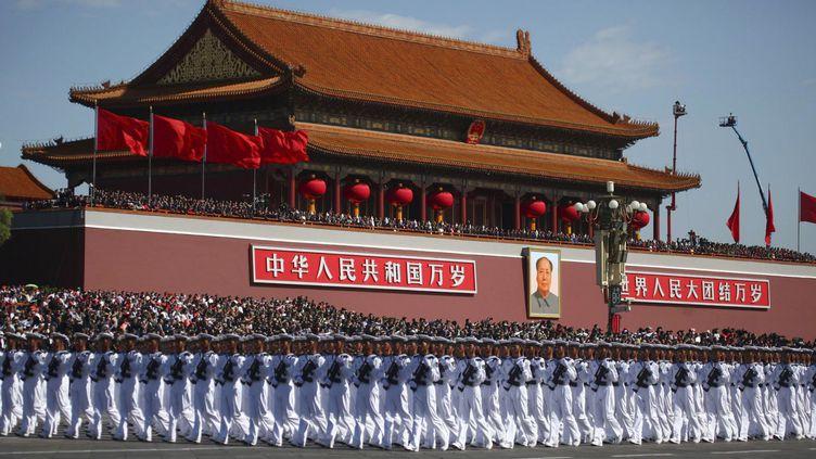 Des militaires paradent à l'occasion du 60e anniversaire de la fondation de la République populaire de Chine, le 1er octobre 1949, devant la Cité interdite et le portrait de Mao Zedong. (REUTERS / China Daily)