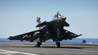 Un avion de combat Rafale sur le porte-avions Charles-de-Gaulle, le 20 septembre 2016 (ERIC FEFERBERG / AFP)