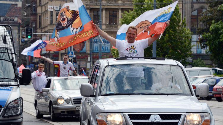 Les supporteurs russes ont été accusés d'avoir déployé des drapeaux de l'Empire russe à connotation nationaliste, le 8 juin 2012, à Wroclaw (Pologne). (NATALIA KOLESNIKOVA / AFP)