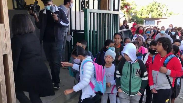 Une rentrée pleine d'interrogations. Sur l'ile de La Réunion, les élèves ont repris les cours lundi 17 août, mais pas tous. Dans 25 écoles de Saint-Denis, la rentrée des classes est reportée pour cause de Covid-19. (France 2)