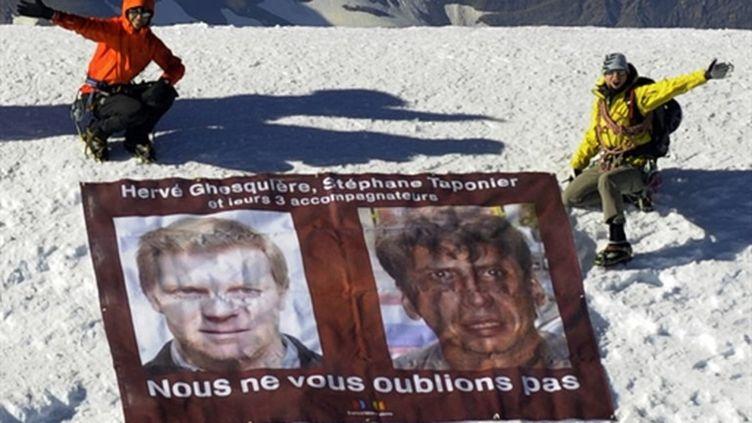 Les portraits de Stéphane Taponier et Hervé Ghesquière, otages en Afghanistan, déployés sur le Mont-Blanc. (AFP/PHILIPPE DESMAZES)