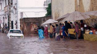Inondations dans les rues d'Antananarivo, capitale de Madagascar, le 24 mai 2005. (Michel Gunther / Biosphoto / Biosphoto via AFP)