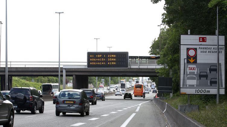 Un panneau annonçant la voie réservée aux bus et aux taxis sur l'A1, photographiée en juin 2015. (MAXPPP)