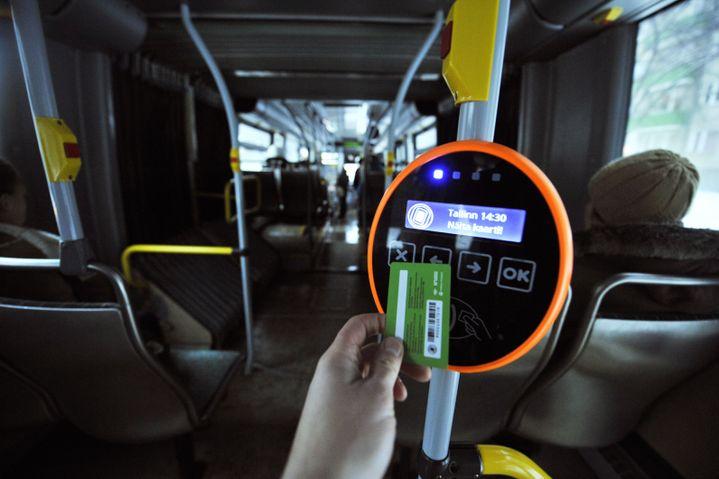 """La """"carte verte"""" permettant aux habitants de la capitale estonienne, Tallinn, d'emprunter gratuitement les transports en commun de la ville, le 9 janvier 2013. (RAIGO PAJULA / AFP)"""