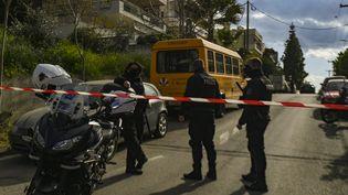 Des policiers devant le domicile du journalisteGiorgos Karaïvaz, tué par balle à Athènes (Grèce), vendredi 9 avril 2021. (DIMITRIS LAMPROPOULOS / ANADOLU AGENCY / AFP)