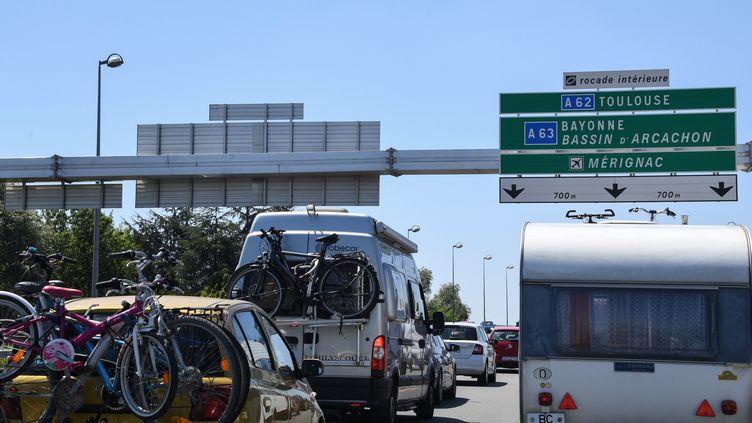 Des voitures sur la route des vacances, près de Bordeaux (Gironde), le 3 août 2019. (MEHDI FEDOUACH / AFP)