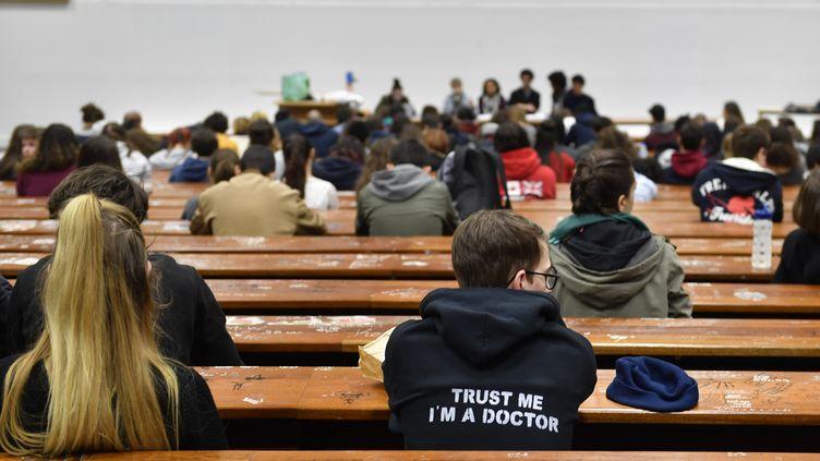 Des étudiants attendent une assemblée générale à l'université deNanterre(Hauts-de-Seine), le 15 mai 2018. (GERARD JULIEN / AFP)