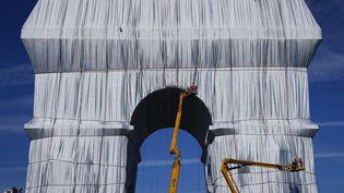 L'Arc de Triomphe à Paris enveloppé d'un tissu bleu argenté tel qu'il a été conçu par le défunt artiste Christo et son épouse Jeanne-Claude,le 16 septembre 2021. (THOMAS SAMSON / AFP)