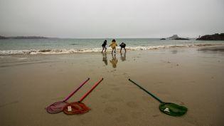 Des enfants jouent sur une plage de Saint-Malo en Bretagne, le 20 février 2017. (MARTIN BERTRAND / HANS LUCAS)
