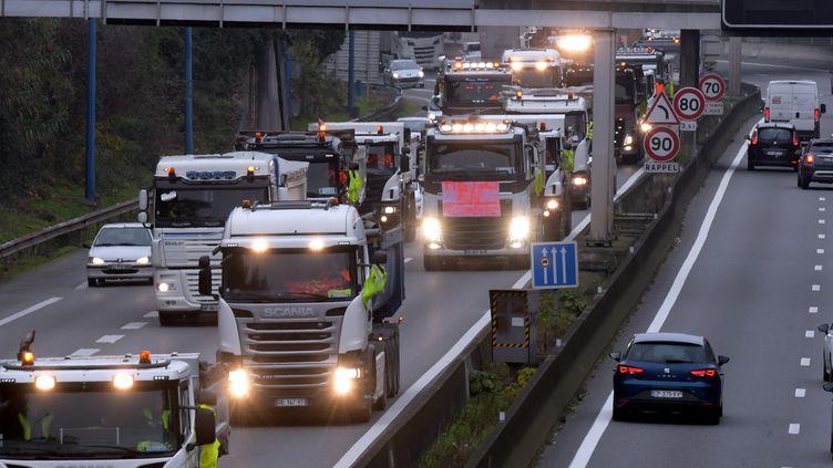 Une opération escargot des transporteurs routiers, à Toulouse, le 23 novembre 2018. (NATHALIE SAINT-AFFRE / MAXPPP)
