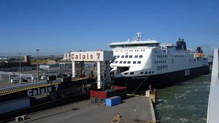 Un ferry en provenance de Douvres (Royaume-Uni) dans le port de Calais (Pas-de-Calais), le 8 août 2018. (REINHARD KAUFHOLD / DPA - ZENTRALBILD / AFP)
