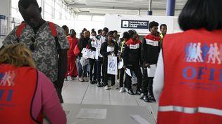 Desréfugiés secourus en mer Méditerranéearrivent à l'aéroport de Roissy-Charles de Gaulle, près de Paris, le 30 août 2018. (ALAIN JOCARD / AFP)
