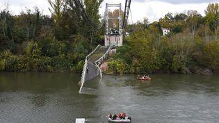 Des sauveteurs interviennent après l'effondrement d'un pont à Mirepoix-sur-Tarn le 18 novembre 2019. (ERIC CABANIS / AFP)