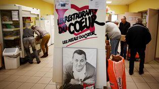 Des bénévoles des Restos du cœur gèrent lesdons à Coutances (Manche), le 29 novembre 2018. (CHARLY TRIBALLEAU / AFP)