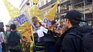 Des manifestants lors de la Fête à Macron, à Paris, samedi 5 mai. (GAËLE JOLY / FRANCEINFO)