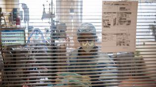 Une infirmière s'occupe d'un patient atteint du Covid-19 dans le service de réanimation du Centre hospitalier de l'Europe à Port-Marly(Yvelines), le 25 mars 2021. (MARTIN BUREAU / AFP)