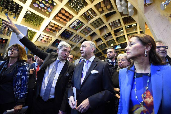Alain Berger, comissaire général de la France à l'Exposition universelle de Milan, présente le pavillon français à Laurent Fabius, chef de la diplomatie, et Ségolène Royal, ministre de l'Écologie, le 1er mai 2015  (Olivier Morin / AFP)