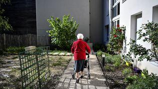 Une pensionnaire d'un Ehpad à Orléans (Loiret), le 15 avril 2020. (CHRISTOPHE ARCHAMBAULT / AFP)