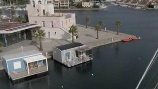 Est-ce la nouvelle tendance qui va fleurir dans les ports ou sur les plages ? Les cabanes flottantes sont de plus en prisées par les vacanciers et les stations balnéaires. (FRANCE 2)