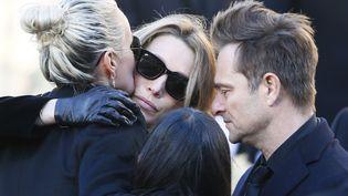La femme et les enfants de Johnny Hallyday lors de l'arrivée du cortège funéraire au pied de l'église de la Madeline, le 9 décembre 2017 à Paris. (FRANCOIS MORI / AP / SIPA)