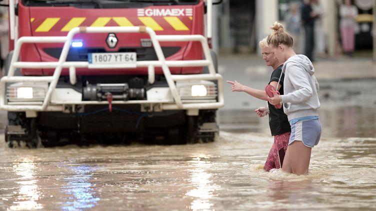 Les rues inondées de Salies-de-Béarn (Pyrénées-Atlantique), mercredi 13 juin 2018. (IROZ GAIZKA / AFP)