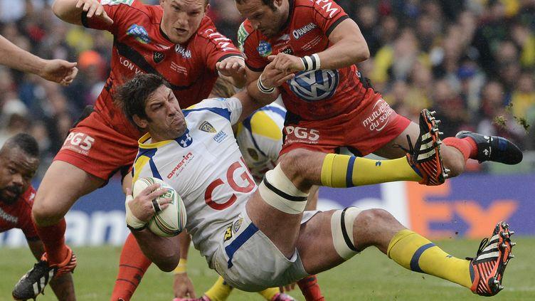 Le ClermontoisJamie Cudmore (C) tâclé par le ToulonnaisFrederic Michalak, à Dublin (Irlande) lors de la finale de la Coupe d'Europe de Rugby. (FRANCK FIFE / AFP)