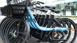 Une start up proposent une solution pour des vélos qui s'encastrent les uns dans les autres et se rechargent sur une seule borne électrique. (ZOOV)