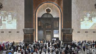 Des musulmans font leurs prières la première nuit du ramadan à la Grande mosquée Istiqlal de Jakarta, le 12 avril 2021. (ADEK BERRY / AFP)