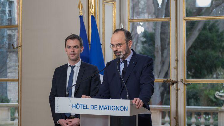 Le Premier ministre, Edouard Philippe, s'exprime à Matignon, à Paris, le 27 février 2020, aux côtés du ministre de la Santé, Olivier Véran. (BIHOREAU MAXIME/SIPA)