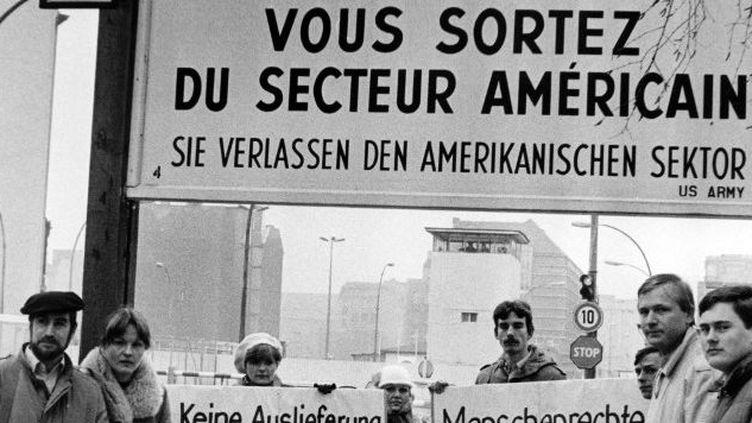 Checkpoint Charlie au temps de la Guerre froide. Berlin était partagée en plusieurs secteurs. (DPA)