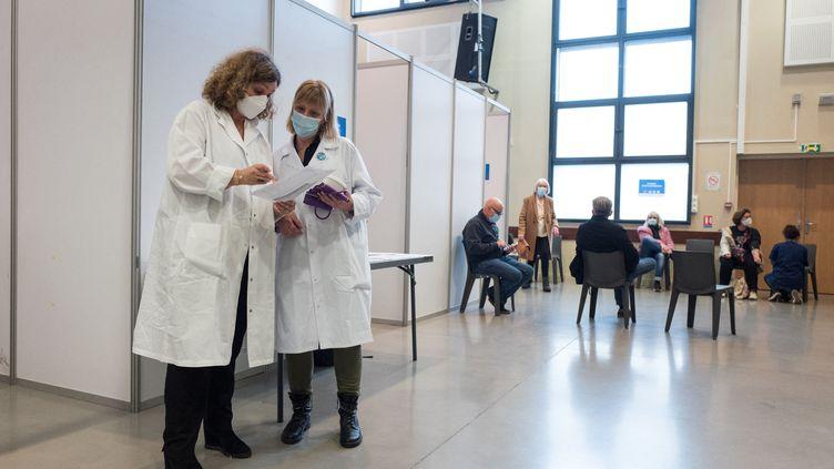 Dans un centre de vaccination contre le Covid-19, le 7 mars 2021 à Toulouse (Haute-Garonne). (FREDERIC SCHEIBER / HANS LUCAS / AFP)