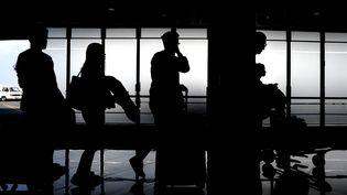 Une fils d'attente avant d'embarquer à bord d'un avion. (NOEL CELIS / AFP)