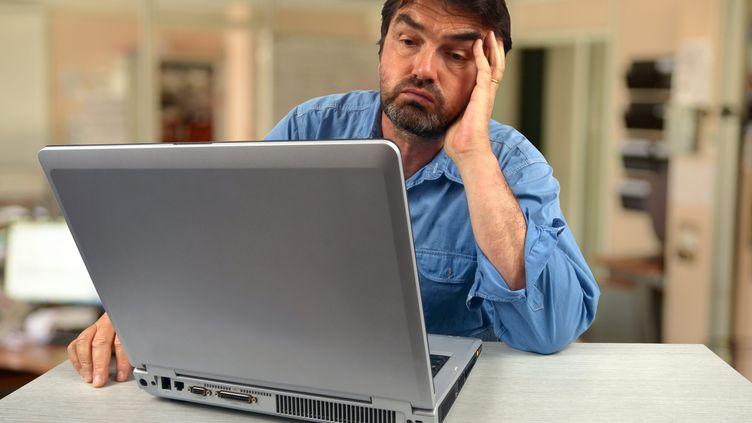 Un homme s'ennuie dans son travail qui lui semble absurde. (RICHARD VILLALON / MAXPPP)