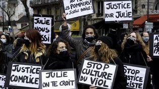 """Des militantes manifestent pour demander que la justice requalifie en """"viols"""" les faits subis par Julie, dimanche 7 février 2021. (ESTELLE RUIZ / HANS LUCAS / AFP)"""
